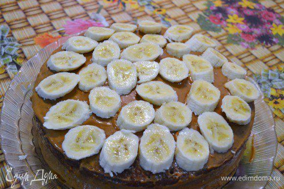 Бананы нарезать кольцами и выложить поверх торта.