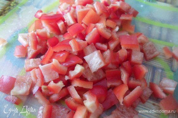 Кубиками нарезать болгарский перец.