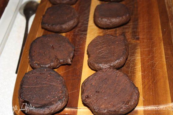 Приготовьте печенья,перевернув их.