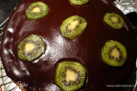Украшаем, выкладывая ломтики киви и грецкие орехи. Ставим торт на ночь в холодильник. Приятного аппетита!!!