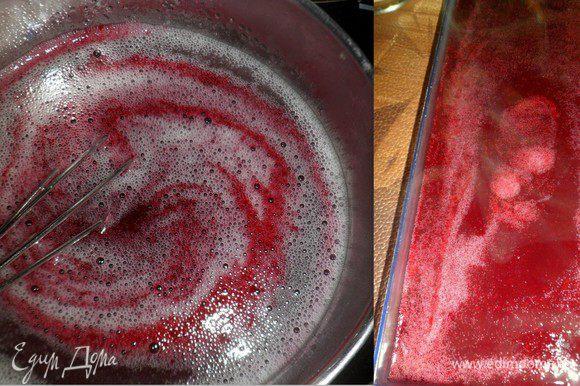 Желатин разводим водой, растворярм и соединяем с ягодной массой.Заливаем в форму и отправляем в холод до застывания
