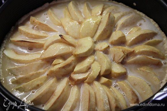 Вылейте смесь на горячий корж с яблоками и выпекайте дальше при 170 градусах 40 минут, или пока заливка не уплотнится....
