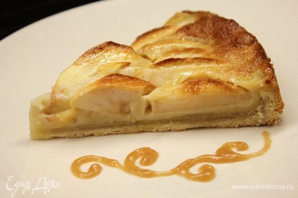 Перед нарезкой пирог охладите... Если вы хотите более насыщенного цвета и карамельного вкуса, то проварите карамель дольше, до более темного цвета. На моем кусочке в креме оттенок не особо виден, но на вкус, поверьте - очень карамельно ) Вкусно!!!