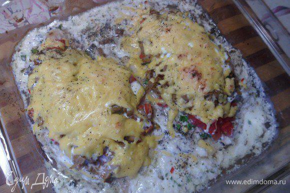 Готовое блюдо можно полить сметаной и подавать с любым гарниром, в том числе и овощами.
