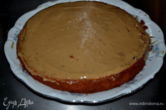 Выложить глазурь между каждым слоем бисквита и вверх. Затем глазурью из сливочного сыра окружность боковую. И впрессовать 3 стакана кокосовой стружки (приготовленной с 1-го пункта) вокруг сливочной глазури. Сливочную глазурь я не делала. Это слишком, на мой взгляд, сладко для этого торта.