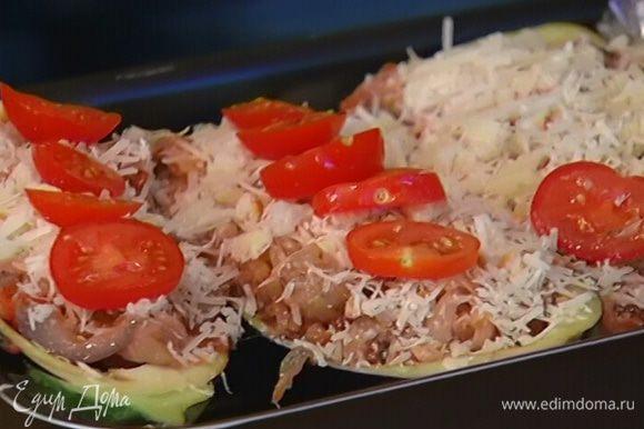 Посыпать баклажаны пармезаном с сухарями, сверху выложить нарезанные помидоры черри, сбрызнуть оставшимся оливковым маслом и отправить в разогретую духовку на 25–30 минут.