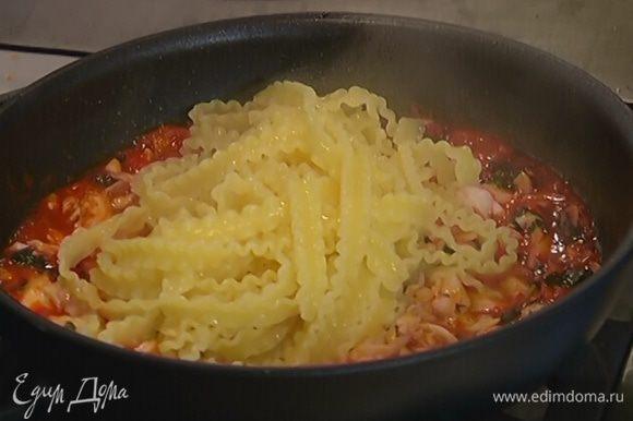 Готовые макароны добавить в сковороду с рыбой, перемешать и снять с огня.