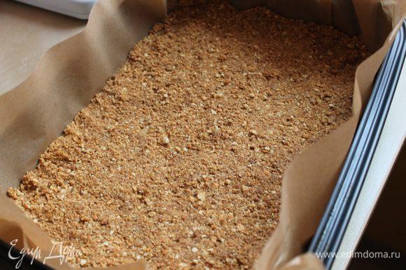 Выложить слой печенья, слегка утрамбовать. Сверху тертый шоколад. Затем молотые орехи, цукаты...