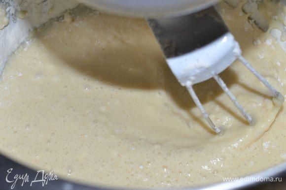 Муку смешать с разрыхлителем, просеять и, помешивая, добавить к смеси молока и яиц. Так постепенно добавляем всю муку. Нам нужно добиться того, чтобы тесто стало мягким и эластичным, но не липким. Ориентируемся на месте (муки может потребоваться чуть больше).