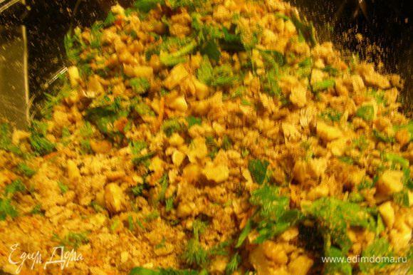 К хлебным крошкам добавляем орехи и зелень. Все перемешиваем. Добавляем цедру апельсина и мускатный орех.