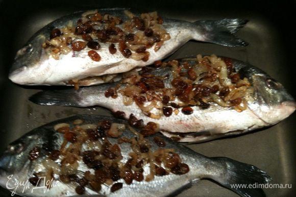 Нафаршировать рыбу луково-изюмной смесью, остаток смеси выложить сверху на рыбу...