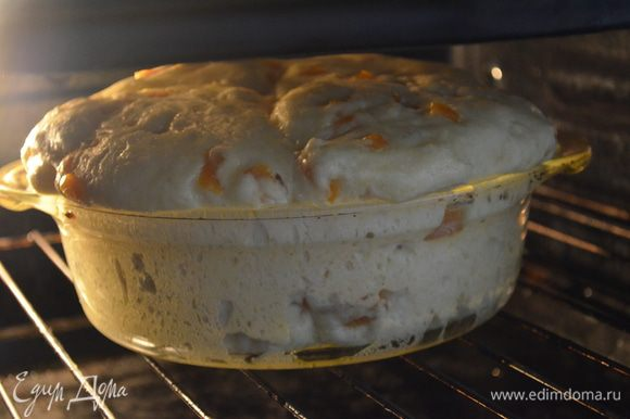 смазываем подошедшее тесто желтком, смешанным с 1 ст ложкой молока и выпекаем. Если вы выпекаете одной булкой как у меня то при 190 гр примерно 1 час, а если порционное то 20 минут при той же температуре!