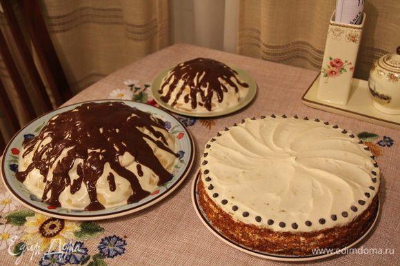 """Вот такие у меня были тортики тем вечером - белый торт - это тортик с бисквитом на пиве от Евы (http://www.edimdoma.ru/retsepty/49626-tort-s-biskvitom-na-temnom-pive-so-spetsiyami-mussom-iz-maskarpone-i-apelsinovym-dzhemom) - так он мне понравился, что на """"домашнее"""" отмечание дня рождения я снова сделала его ) гости были в восторге, когда уходили - отдавала кусочки торта еще с собой =))) Зато у меня еще был """"Шишка""""-младший=))"""