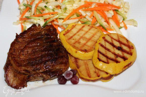 Подавать с салатом из свежих овощей и ломтиками айвы, обжаренными на сковороде-гриль. Приятного аппетита!!!