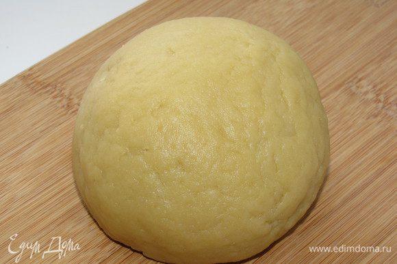 Замесить эластичное однородное тесто. Закрыть пленкой и убрать в холодильник на 1 час.