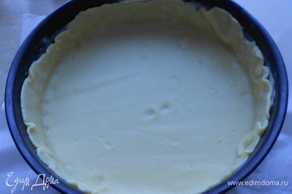 Достать тесто, раскатать толщиной около 4 мм между листами пекарской бумаги. Выпекать будем в форме диаметром 24 см, поэтому раскатывая тесто, учитывайте и высоту бортика : )