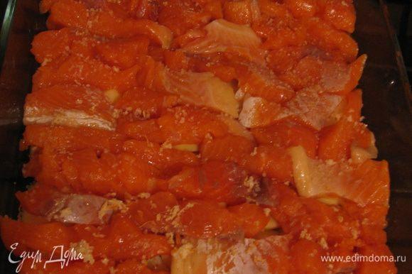 Филе форели нарезаем мелкими кусочками и выкладываем поверх картошки.Солим.