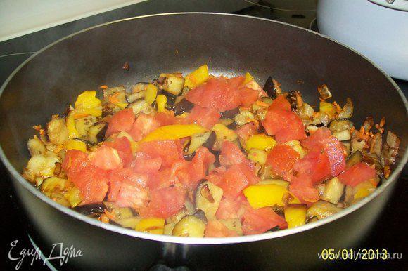 порезать помидоры крупными кубиками и отправить в сковороду к остальным овощам...когда момидоры слегка помягчают - вылить баночку порезанных томптов в соусе с итальянскими травками