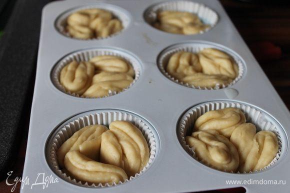 готовые булочки ставим на расстойку на 30 минут. Духовку разогреваем до 180гр.