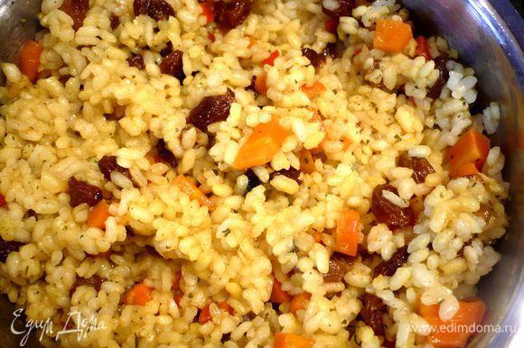 Введем смесь карри в рис и перемешаем.