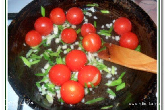 Добавить целые помидоры «черри». Помешивая, готовим около 3-4-х мин., когда помидорчики начнут лопаться добавить в сковородку томатную смесь и тушим около 5 мин., периодически помешивая аккуратно, чтобы не повредить помидоры.