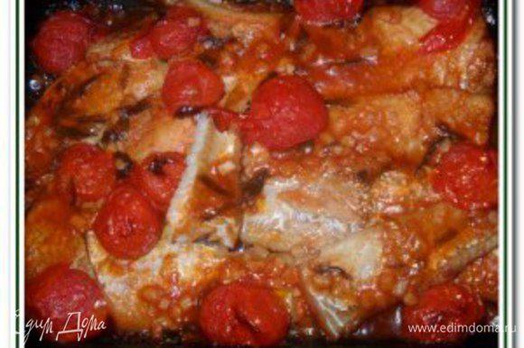 Филе рыбы уложить на духовочную решетку, под которую поставить противень, поставить в предварительно разогретую до 200 градусов духовку и запекать в течении 30 минут, время от времени, обильно поливая филе имбирно-соевым соусом. Аккуратно снять готовое филе с противня на подходящее блюдо, затем рыбу залить кисло-сладким соусом с чесноком и томатами. Сверху блюдо посыпать листьями кинзы и соломкой зеленого лука. Приятного аппетита!