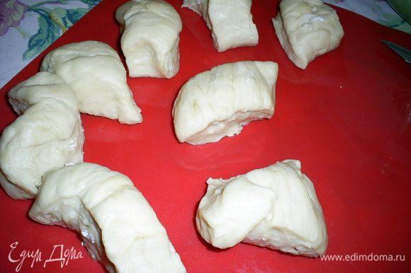 Отделяем небольшую часть теста, раскатываем колбаской и нарезаем на небольшие кусочки. Их размер зависит от желаемого размера будущих пирожков.
