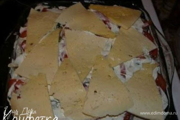 Последний слой - сыр! Выкладываем пластиночки сыра так, чтобы они покрыли практически всю поверхность. Остатки сливок аккуратно выливаем по краям.
