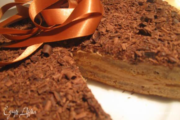 Натереть шоколад. Для этой цели я воспользовалась ножом для чистки овощей. Посыпать торт шоколадом. Поставить на 2 часа в холодильник.