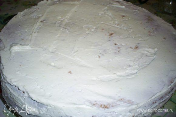 Кладем сверху второй корж и обмазываем верх и бока торта оставшимся кремом.
