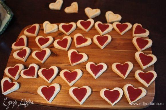 Начиняем остывшие сердечки и убираем в холодильник, чтобы они хорошенько охладились.