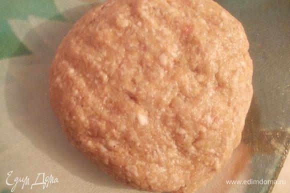 Из мяса, лука, чеснока и булочки замоченной в молоке приготовить фарш. Посолить, поперчить и вбить яйцо. Хорошо отбить его руками и оставить на час в холодильнике.