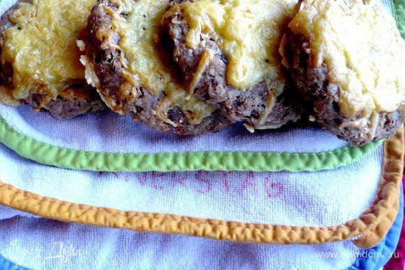 А это обещанные сырные котлетки с розмарином, которые после остывания потеряли свой необычный приятный вкус, сменив его на какой-то совсем уже незаманчивый. Может быть, стоило покрепче приправить его травками и чесноком, разрезать вдоль, намазать сливочным маслом и положить кусочек, к примеру, колбаски, и дело бы пошло на лад, но я дошла до этого, когда оставшаяся половина этих лепешек полетела «в пропасть».