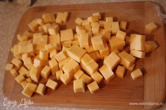 Сыр нарезаем небольшими кусочками.