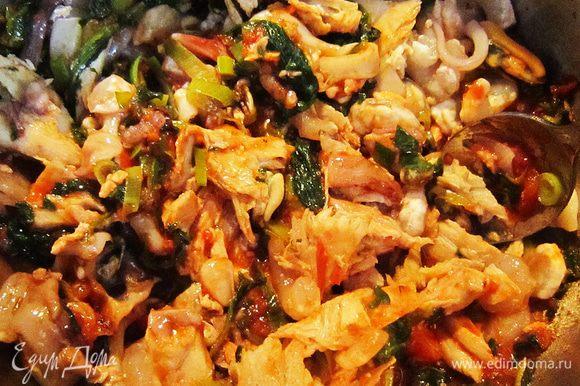 В сотейник к овощам добавить морской коктейль. Перемешиваем.