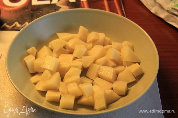 Поставить воду на огонь, порезать картошку кубиками, кинуть ее в воду. Я наливала половину кастрюли воды, супа вышло на целую ) Брокколи, если замороженная, то положить в миску оттаивать. Плавленный сырок лучше пока положить в холодильник.
