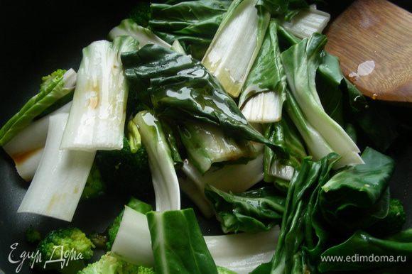 Добавляем крупно порезанный бок чой, соевый соус, уксус, мед и готовим еще минут 5 до мягкости овощей. Если вместо бок чоя использовать шпинат, то свежий добавляем также, он готовится несколько минут. Если шпинат замороженный, то его надо разморозить, слить воду и потом добавлять. Что касается зеленой фасоли, то тут возможны варианты. Замороженную фасоль я бы добавила вместе с брокколи, так она должна успеть проготовиться. А вот свежую фасоль я бы бланшировала до состояния, близкого к готовому и добавила бы на этом этапе, чтобы она пропиталась соусом.