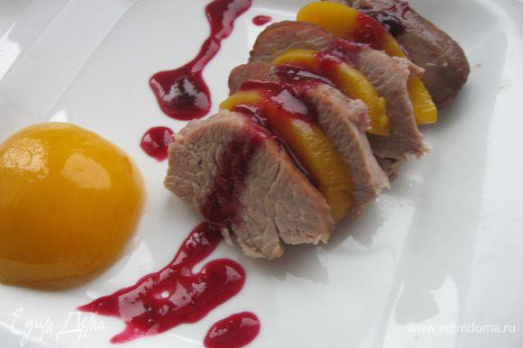 Нарезать порционно, сервировать соусом, половинкой и дольками персика.