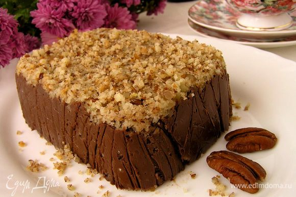 Готовый шоколадный десерт аккуратно вынуть из формы, убрать пленку. Нарезать на порционные кусочки и наслаждаться великолепным вкусом!