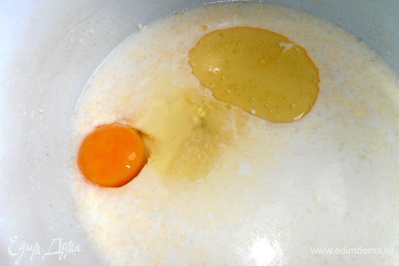 В сыворотку вбиваем яйцо,вливаем пару ложек масла,сахар по вкусу...