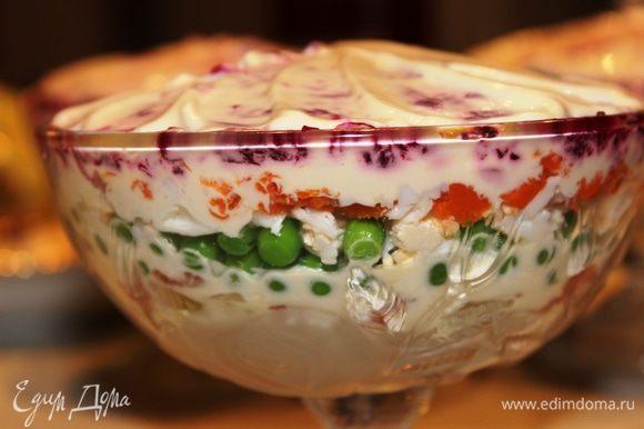 Вариант 2 (подача в порционных креманках): очередность слоев та же, что и в варианте 1, но начинаем от обратного. Итак: картофель, лук, рыба с плавленным сыром, горошек, яйца, морковь и свекла. Не забываем про майонез. Поставить в холодильник
