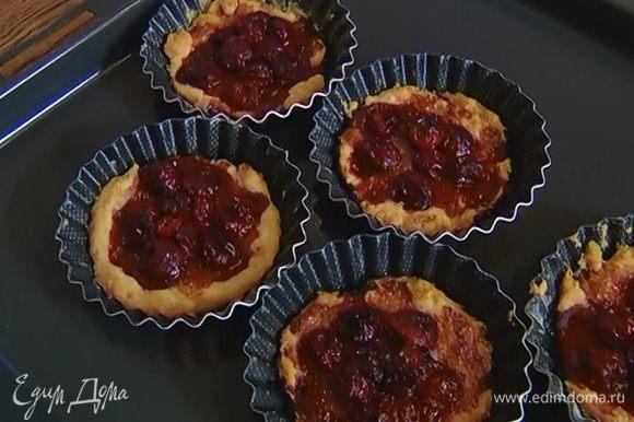 Отправить тарталетки в разогретую духовку на 15–20 минут.