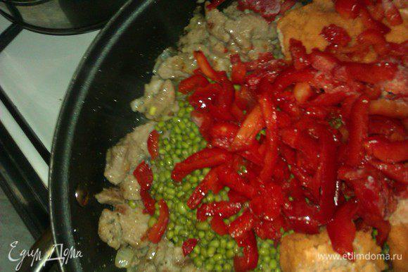 На разогретую сковородку или в сотейник выложить промаринованное мясо со всем маринадом, обжарить на сильнм огне минут 15. Огонь убавить. Маш откинуть через сито или дуршлаг, всыпать в сотейник с поджаренным мясом, туда же морковь и перец. Потушить минут 15-20.