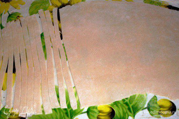 Готовим лапшу домашнюю. Разбиваем яйца в миску, вливаем воду, солим и замешиваем крутое тесто. На руки налить раст.масла и месить долго на столе, пока тесто станет гладким.Делим тесто на 3 части и тонко раскатываем, подсыпая наверх муки и разглаживая ладошкой по всей поверхности. Нарезаем на длинные полоски и оставляем подсушиваться на столе.