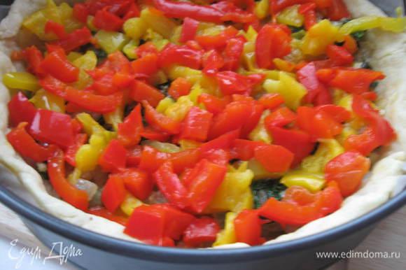 Духовку разогреть до 200 градусов, круглую форму диаметром 24 см. промазать оливковым маслом и застелить бумагой для запекания. Выпекать тесто без начинки 15 минут. Потом остудить. Поместить на тесто обжаренный лук со шпинатом и щавелем. Сверху – желтый и красный перец, пассированные помидоры.