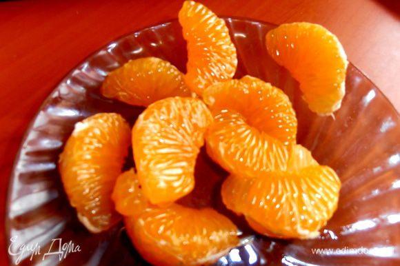 Для украшения мандаринчик очищаем от плёночек.