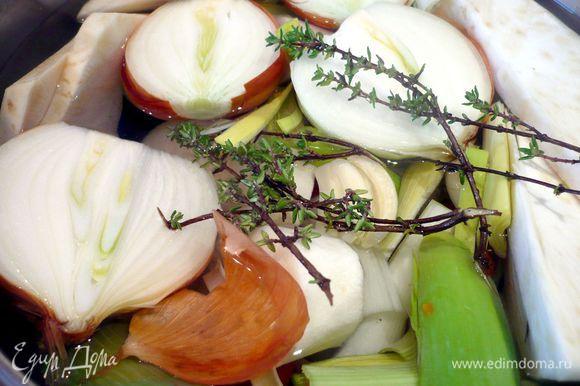 Лук режем напополам, порей разрезаем вдоль и режем на крупные кусочки, корень петрушки, сельдерея и морковь очищаем от кожуры и также крупно режем. Зубчики чеснока чистим и слегка разминаем ложкой. Помидоры делим на четвертинки, помидоры-черри — на половинки. Кладем в кастрюлю все овощи и тимьян и заливаем тремя литрами холодной воды. Ставим вариться на большом огне до закипания, после закипания убавляем огонь до медленного и накрываем крышкой. Варим 1 час.