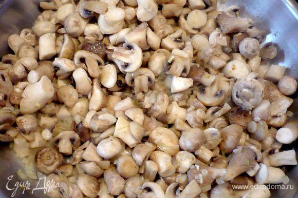 Добавляем грибы, слегка обжариваем их, присыпаем мукой и жарим минут 10.