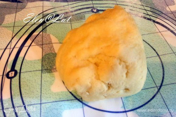 Размягченное масло смешать с сливочным сыром, цедрой лимона. Добавь муку, сахарную пудру, яйцо, соль и замесить тесто. Тесто убрать в холодильник.