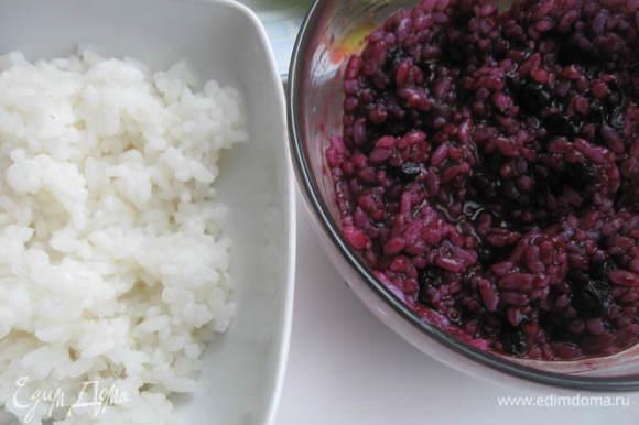 Сварить рис в подсоленной воде и разделить его на 2 равные части, в одну из них добавить чернику.